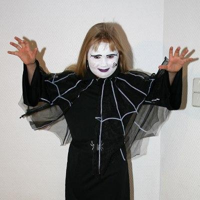 Spinnenmädchen, geschminkt und im Kostüm